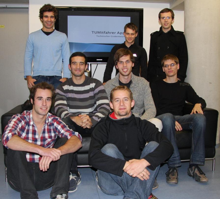Das Team der TUMitfahrer App mit ihrem Tutor Martin Rothbucher vom Lehrstuhl für Datenverarbeitung (Foto: TUM)