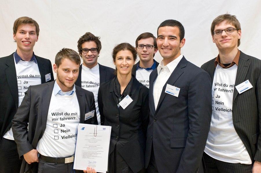Das Team der TUMitfahrer App mit Prof. Regine Keller, Vizepräsidentin für Studium und Lehre der TUM (Foto: Andreas Heddergott)