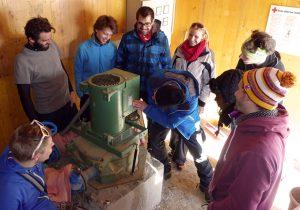 Vorstellung der Wasserkraftanlage mit Pelton-Turbine (Foto: Stephan Baur)