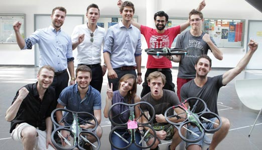 Studierende beim Elective Autonomous Drones: Hier wird innerhalb einer Woche gelernt eine Drohne so zu programmieren, dass sie autonom fliegt (Bild: CDTM)