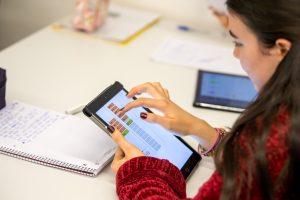 Eine Schülerin arbeitet im Unterrichtsvideo mit dynamischen mathematischen Visualisierungen der Toolbox Lehrerbildung. Die Videos für die Toolbox Lehrerbildung wurden mit Schülerinnen und Schülern des Gymnasiums Kirchseeon produziert. (Bild: A. Eckert / TUM)