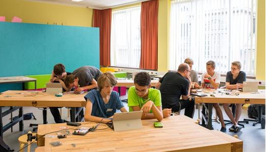 Im Schülerforschungszentrum stehen den Schülerinnen und Schülern verschiedene Angebote zur Verfügung, um sich mit naturwissenschaftlichen Themen uz beschäftigen (Bild: Astrid Eckert/ TUM)