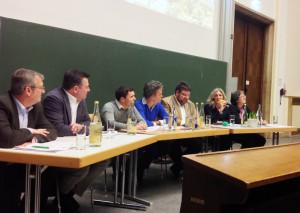 Sebastian Biermann (Vorsitzender des Fachschaftenrats der TUM), 3.v.r., zusammen mit den OB-Kandidatinnen und Kandidaten bei der 2. Podiumsdiskussion am 23. Januar 2014. (Foto: AStA TUM)