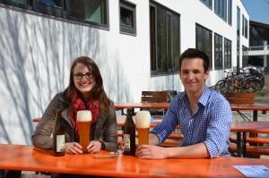 Bier schmeckt nicht nur, sondern ist auch ein interessantes Studienobjekt: Nadja von Nessen und Raik Bär machen ihren Master im Studiengang Brauwesen und Getränketechnologie. (Bild: B. Wankerl / TUM)