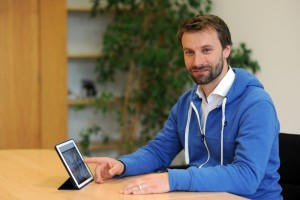 Michale Folgmann vom Medienzentrum der TUM berät Lehrende zum Einsatz digitaler Medien in der Lehre. Foto. ccc