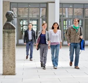 Studierende am Campus der TUM (Foto: Andreas Heddergott)
