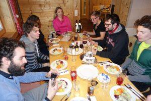 Ausklang am Abend bei Gesprächen und Diskussionen (Foto: Stephan Baur)