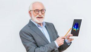 Mann hält Tablet mit Glocken-App (Quelle: LightField Studios/Shutterstock.com; Moheit)
