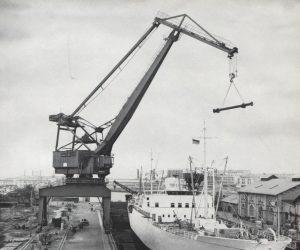 (Wipp-Drehkran in Anlehnung an das Patent von Gustav Niemann, Foto: Hardconn-Hafenkräne)