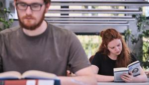 Studierende in der Bibliothek der Hochschule für Philosophie.