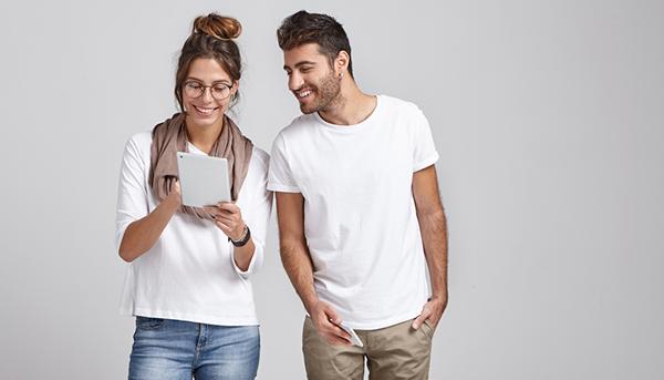 Studierende mit Tablet